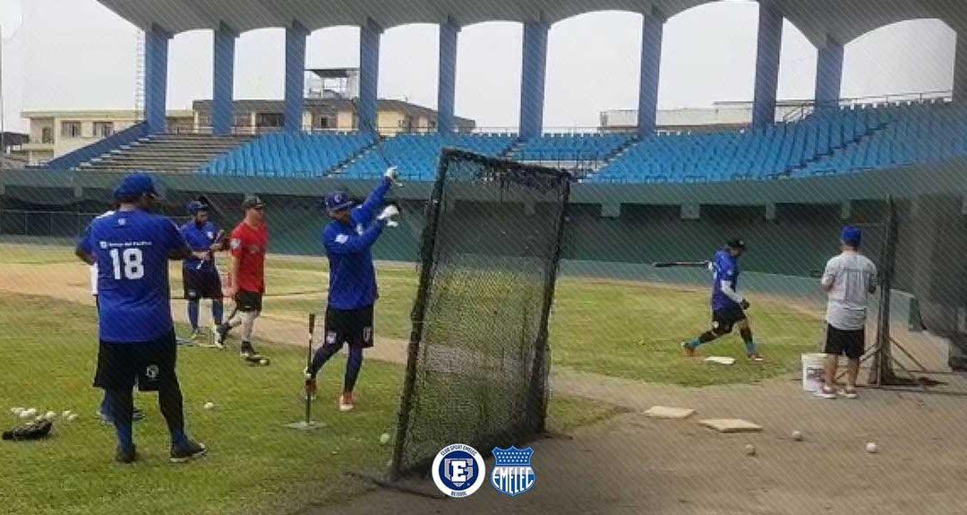 """Equipo mayor realiza entrenamientos en estadio """"Yeyo Uraga"""""""